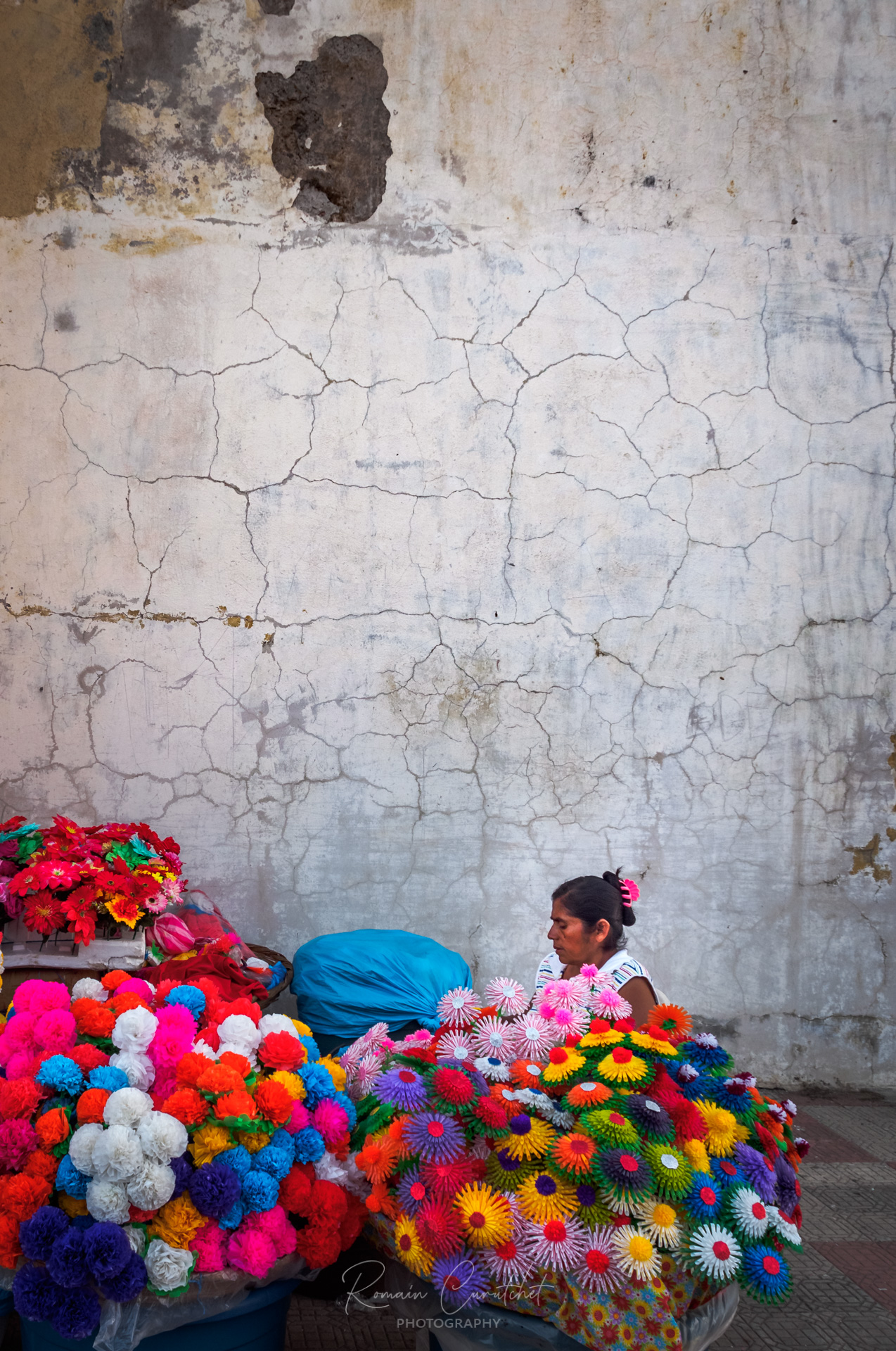 Flower seller next to Cathedral in Leon, Nicaragua © Romain Curutchet